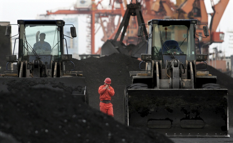 Than nhập khẩu từ Bắc Triều Tiên  tại cảng Đan Đông (tỉnh Liêu Ninh), thành phố Trung Quốc giáp giới Bắc Triều Tiên. Ảnh tư liệu chụp ngày 07/12/2010.