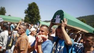 De nouvelles victimes du massacre de Srebrenica en 1995 ont été identifiées. Le 11 juillet 2017, elles ont été enterrées par leurs proches dans des funérailles communes à Potocari, près de Srebrenica.