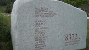 La grande stèle du mémorial de Srebrenica à Potocari, près de Srebrenica.