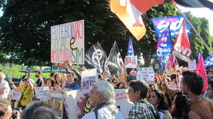 Manifestação contra a Copa do Mundo reuniu uma centena de integrantes de organizações sindicais e políticas francesas em Paris nesta quinta-feira, dia 12 de junho de 2014.