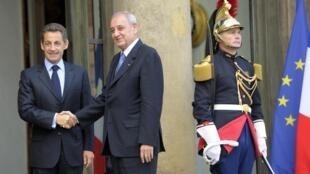 Nabih Berri (D)le président du Parlement libanais, serrant la main au président français Nicolas Sarkozy (G) à l'Elysée le 28 octobre 2010.