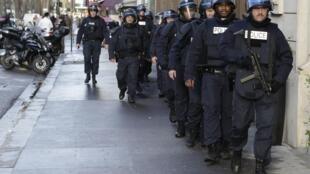 Patrouille policière renforcée à Paris le 9 janvier 2015.