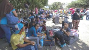 Las familias venezolanas descansan en las calles de La Parada en medio de los vendedores y contrabandistas, tras cruzar el Puente Simón Bolívar.