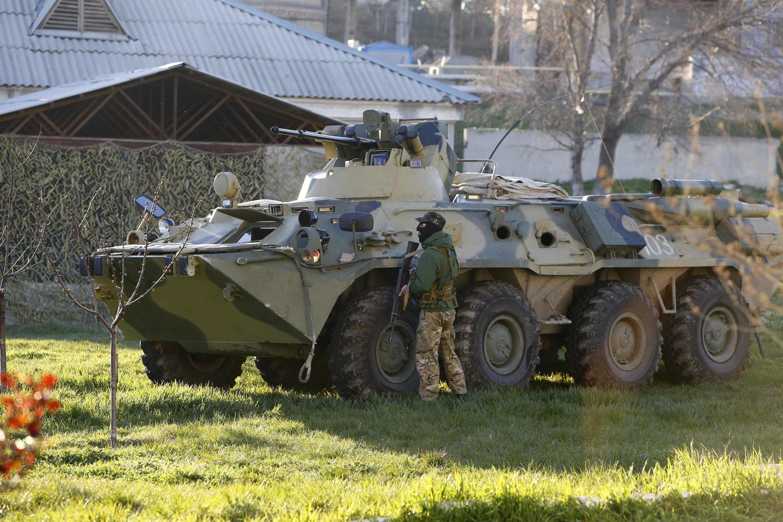 Blindados russos entraram hoje (22) na base de Belbek na Crimeia.