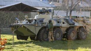 Blindados russos invadem base de Belbek, na Crimeia.