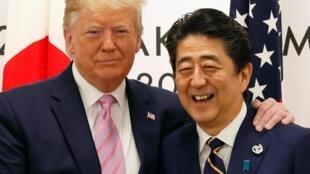 Le président des États-Unis, Donald J. Trump, et le Premier ministre japonais, Shinzo Abe (d.) au début des pourparlers qui se déroulent au sommet du G20 d'Osaka.