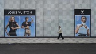 Além de fabricarem na China e na Itália, marcas de luxo são extremamente dependentes do turismo.