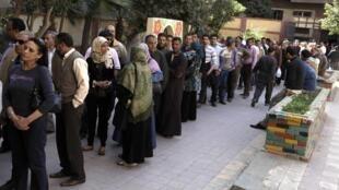 Une longue file d'attente devant un bureau de vote du Caire, le 19 mars 2011.