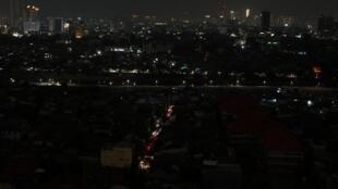Vue générale de la capitale, Jakarta, pendant une panne d'électricité majeure, Indonésie, le 4 août 2019.