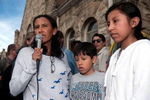 Jeanette Vizguerra, entourée de deux de ses quatre enfants nés aux Etats-Unis, s'adresse à ses partisans devant l'église baptiste de Denver, le 18 février 2017.