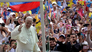 O papa Francisco foi recebido por milhares de pessoas em Bogotá.