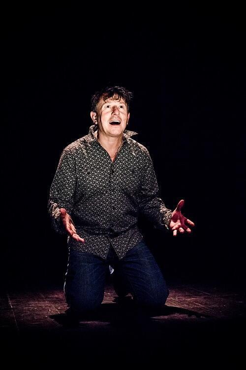 Yannick Jaullin dans la pièce «Comment vider la mer avec une cuiller», à voir au Théâtre des Bouffes du Nord.