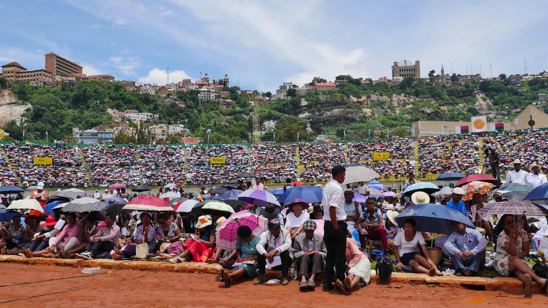 Prière pour le nouveau président. Près de 20000 fidèles ont assisté au culte annuel de la FJKM, dans le stade municipal de Mahamasina, à Antananarivo, dimanche 20 janvier 2019.