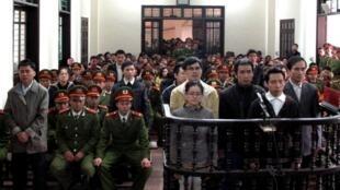 Les militants accusés d'avoir comploté contre le régime, écoutent le verdict au tribunal populaire de la ville, de Vinh dans la province du centre-nord de Nghe An, le 9 Janvier 2013.