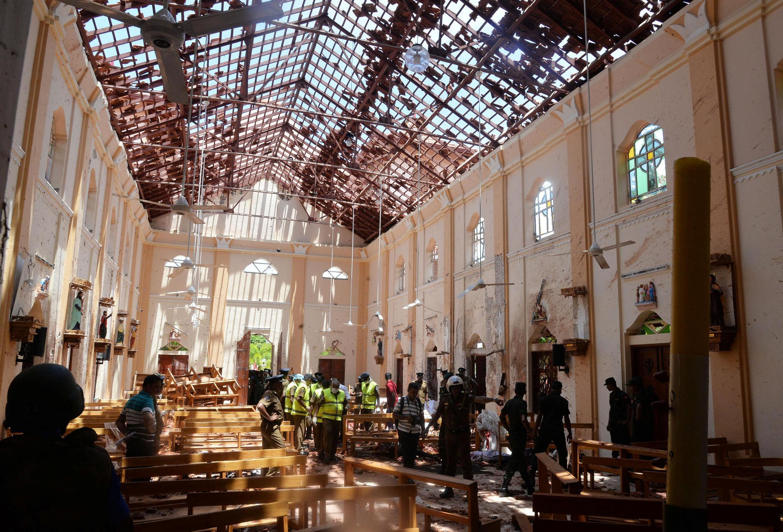 Des enquêteurs inspectent le site d'une explosion dans une église de Negombo, au Sri Lanka, le 21 avril.