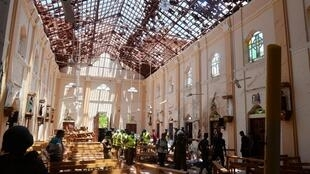 Des enquêteurs inspectent l'église de Negombo, un des sites touchés par les attentats, le 21 avril 2019.