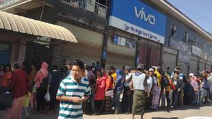 Người dân Miến Điện xếp hàng chờ đi qua biên giới sang Trung Quốc ngày 02/11/2016.