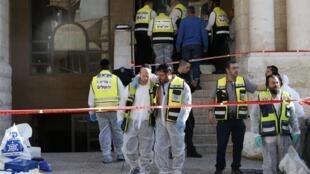 Selon la police, les deux Palestiniens, armés de haches et de couteaux, ont fait irruption dans la synagogue du quartier de Har Nof à Jérusalem-Ouest mardi 18 novembre au petit matin.