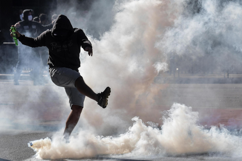 Manifestante antifascismo em meio a bombas de gás lacrimogênio na avenida Paulista, em São Paulo (31/05/2020).