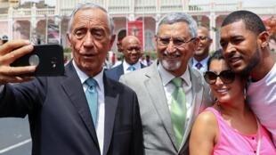 Presidente português, Marcelo Rebelo de Sousa, tira selfie com o seu homólogo cabo-verdiano, Jorge Carlos Fonseca, e populares no Mindelo, São Vicente, a 11 de Junho de 2019.
