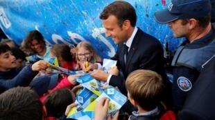 Президент Макрон и французские дети, которых отныне шлепать запрещает Гражданский кодекс Франции