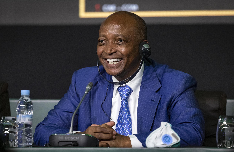 L'homme d'affaires sud-africain Patrice Motsepe, le nouveau président de la Confédération africaine de football (CAF), lors d'une conférence de presse après son élection à la présidence de la CAF à Rabat, la capitale marocaine, le 12 mars 2021.