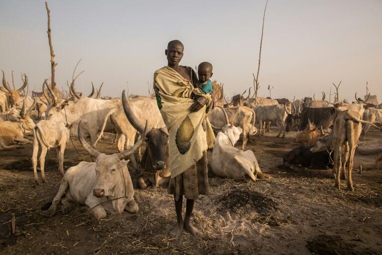 Dans le Soudan du sud, une femme pose avec son enfant.
