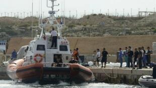 Barco da guarda-costeira que participa de operaçãoes de busca de vítimas no naufrágio em Lampedusa.