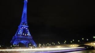 图为巴黎埃菲尔铁塔夜景