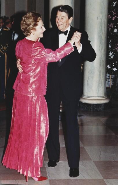 Рональд Рейган вальсирует с Маргарет Тэтчер во время приема в ее честь в Белом Доме 16/11/1988 (архив)