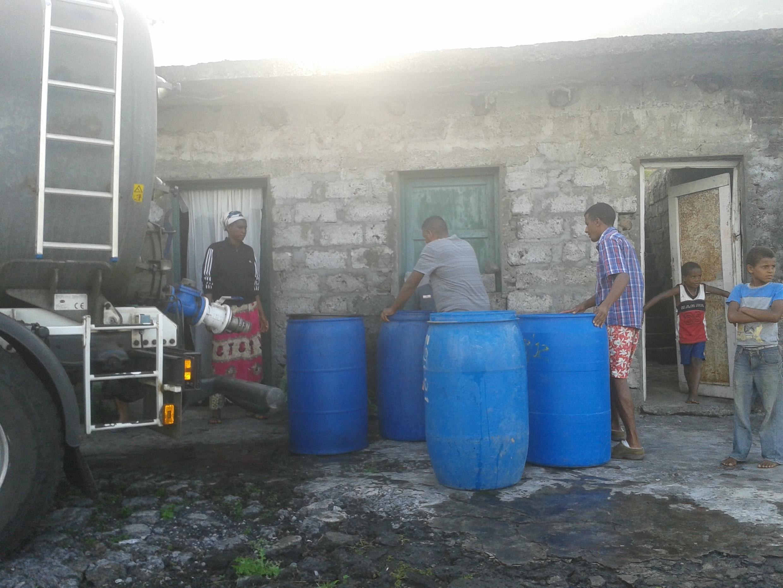 Moradores de Tinteiro, na ilha do Fogo, a serem abastecidos em água de Autotanque, dia 8 de Dezembro de 2014