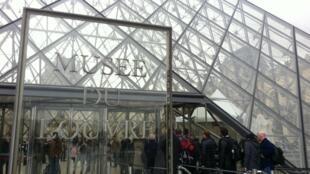 En 2012, près de 10 millions de visiteurs ont fait la queue pour le musée du Louvre à Paris.