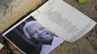 南非驻北京使馆前民众张贴的一幅曼德拉的照片和悼念文 2013 012 06
