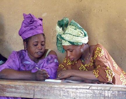 Deux elèves de la Maison familiale rurale de Fatoma lors d'un cours d'alphabétisation en peul. La grande majorité des élèves de la dernière promotion sont des femmes.