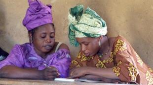 Deux elèves de la Maison familiale rurale de Fatoma, au Mali, lors d'un cours d'alphabétisation en peul. La grande majorité des élèves de la dernière promotion sont des femmes.