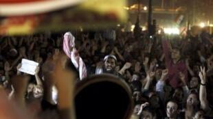 Simpatizantes do presidente Mohamed Mursi celebraram nesta quinta-feira, no Cairo, a demissão do procurador-geral Abdel Maguid Mahmud.