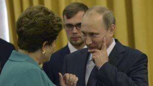 Vladimir Poutine échange avec son homologue brésilienne, Dilma Rousseff, le 13 juillet à Rio de Janeiro.