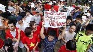 2011年6月12日,越南首都河内再爆反华示威游行,示威者高举的标语上写着:南沙群岛与西沙群岛属于越南。
