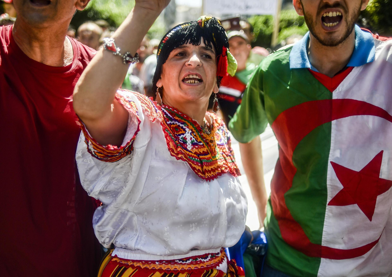«Le caractère pacifique de la mobilisation est essentiellement dû à la forte présence féminine. Les Algériens se sont donc mélangés, y compris socialement», explique Ihsane El Kadi, directeur du site d'infos économiques Maghreb Emergent.