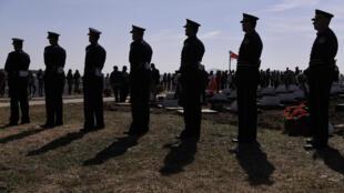 Des membres de la Force de sécurité du Kosovo (KSF) montent la garde lors de l'inauguration, le 5 octobre 2018, d'un complexe commémoratif dédié aux 157 membres de l'Armée de libération du Kosovo, tués par les forces serbes lors de la guerre au Kosovo.