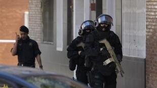 Policiais catalães revistaram o apartamento do homem que atacou delegacia de Cornella Llobregat, no nordeste da Espanha, na segunda-feira (20).