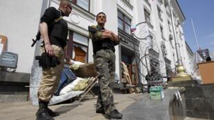 Пророссийские сепаратисты перед зданием захваченной ОГА Луганска 10/05/2014