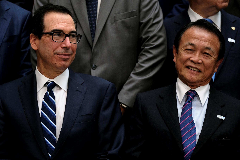Bộ trưởng Tài Chính Mỹ Steven Mnuchin và đồng nhiệm Taro Aso tại khóa họp mùa xuân của Quỹ Tiền Tệ Quốc Tế và Ngân Hàng Thế Giới ở Washington ngày 13/04/2019.