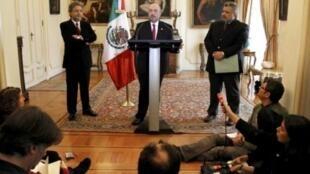 Посол Мексики во Франции Карлос да Икаса во время пресс-конференции в Париже, 15 февряля 2011.
