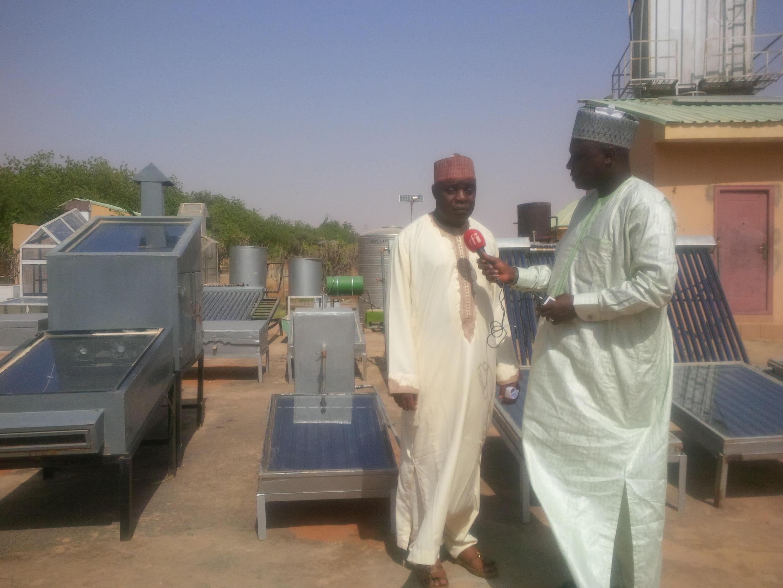 Bashir Ibrahim Idris yana tattaunawa da Injiniya Garba Saidu Ribah,na cibiyar binciken Makamashi a Sokoto