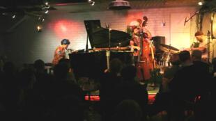 Carmen Sousa  trio,com Theo Pascal, no contrabaixo e Elias Kacomanolis  na  bateria,  em concerto no Sunside. Paris. 6 de Abril de 2018
