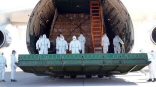 Một phi cơ vận tải chở khẩu trang từ Trung Quốc hạ cánh xuống phi trường Leigzig, Đức ngày 27/04/2020. Bắc Kinh vận dụng « ngoại giao khẩu trang » để làm áp lực với châu Âu trong đại dịch virus corona.