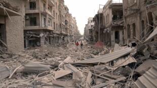 La ville d'Alep, en ruines, théâtre d'explosions meurtrières et de bombardements intensifs.
