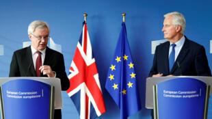 Ngoại trưởng Anh David Davis, phụ trách đàm phán Brexit (T) và ông Michel Barnier, đại diện về phía Liên Hiệp Châu Âu, trước họp báo, Bruxelles, 25/09/2017.