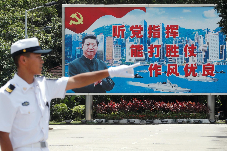 解放军驻港部队前的习近平巨幅画像